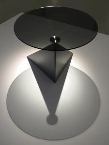 Okrągły stolik z przeźroczystym blatem