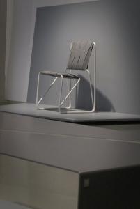 Krzesło - biały szkielet, siedzisko i oparcie z pasów materiału