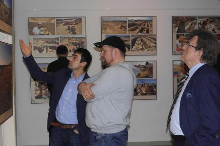 Goście oglądają zdjęcia