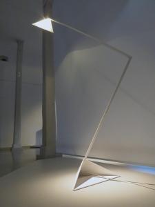 Lampa - klosz i podstawa w kształcie ostrosłupa o podstawie trójkątnej.