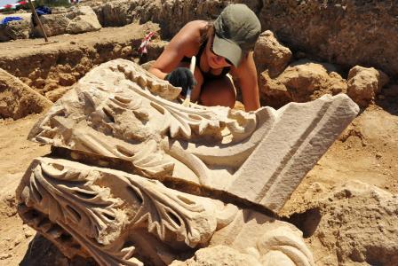 Cypr. Odkrycie głowicy kolumny korynckiej. Fot. Robert Słaboński