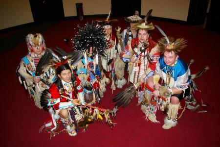 Grupa tancerzy w strojach indiańskich