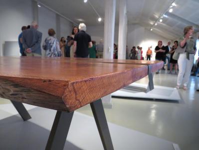 Stół z grubym, drewnianym blatem