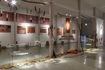 Gabloty z eksponatami, na ścianie zdjęcia