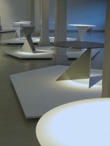Kilka okrągłych stolików