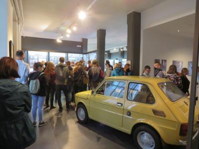 Samochód - Maluch, obok grupa zwiedzających