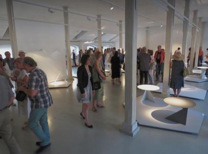 Goście oglądają wystawę.