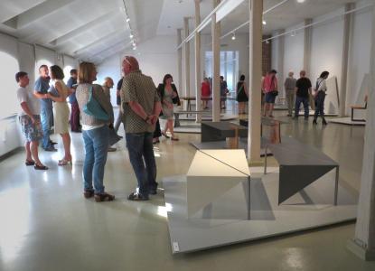 Zwiedzający oglądają wystawę.