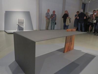 Czarny stół z drewnianą podporą