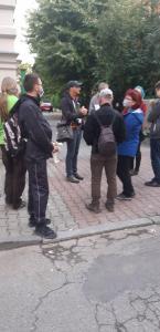 Oprowadzanie po Bielsku - kilka osób słucha przewodnika