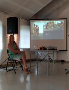 Iwa Kruczkowska-Król prowadzi wykład, za nią ekran z prezentacją