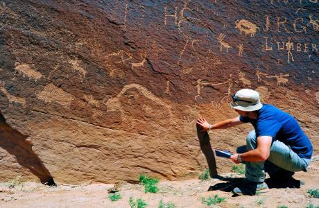 Naukowiec badający malowidła naskalne