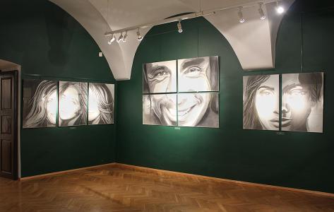 Jedno z pomieszczeń wystawowych, na ścianach portrety