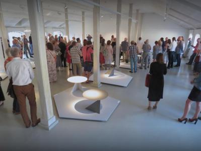 Goście słuchają wystąpienia autora wystawy.