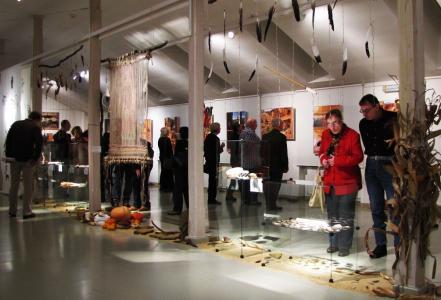 Goście w trakcie zwiedzania wystawy