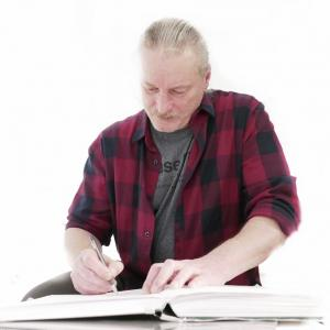 Piotr Wisła dokonuje wpisu do księgi