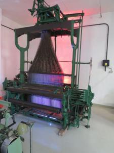 Podświetlona światłem czerwonym i niebieskim maszyna włókiennicza