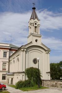Widok po skosie na kaplicę, wejście do niej oraz na wieżę