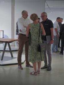 Waldemar Lesiak rozmawia z pracownikami Muzeum