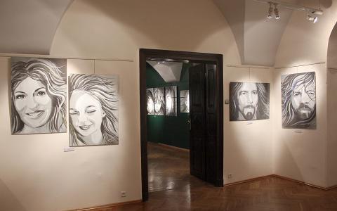 Kilka portretów, w głębi kolejna sala ekspozycyjna