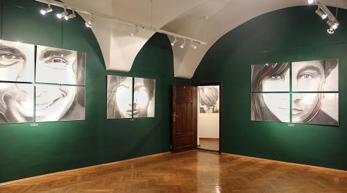 Sala ekspozycyjna, na ścianach portrety.