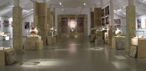 Widok na całe pomieszczenie ekspozycyjne z eksponatami