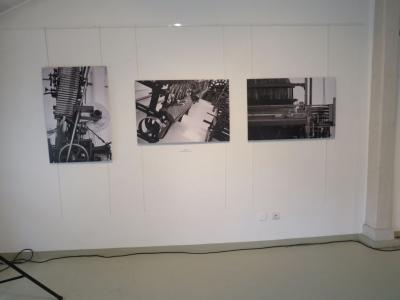 Fragment wystawy - trzy zdjęcia Agnieszki Cyranki-Pytlik zawieszone na ścianie. Zdjęcia czarnobiałe.