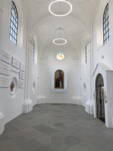 Wnętrze kaplicy, po prawej wejście, po lewej tablica pamiątkowe, w głębi obraz.