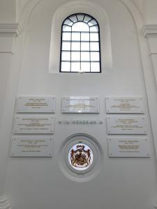 Tablice pamiątkowe wewnątrz kaplicy