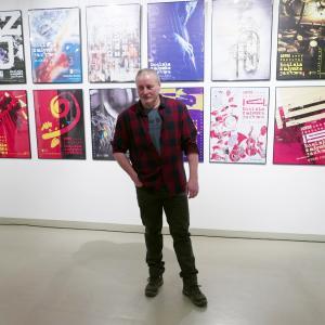 Piotr Wisła na tle swoich plakatów