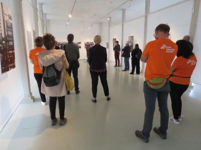 Otwarcie wystawy - grupa gości słucha przemówienia