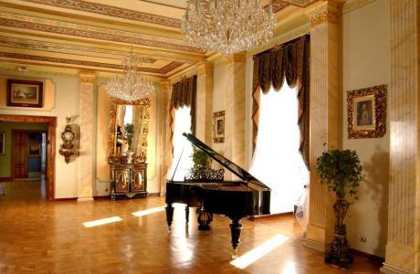 Fortepian w salonie muzycznym