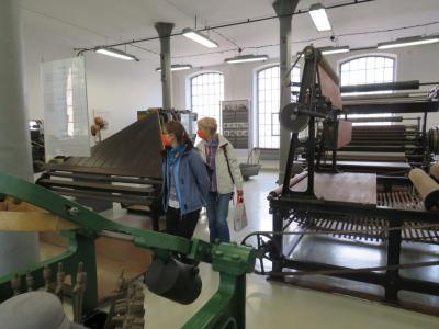 Dwie kobiety zwiedzają ekspozycję Starej Fabryki