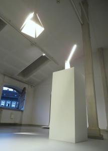 Dwie lampy - wisząca i stojąca. Widok od dołu.